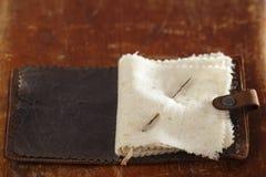 Libro de aguja de cuero del vintage fotos de archivo