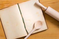 Libro de cocina, cocinando la cuchara y el rodillo Imagen de archivo libre de regalías