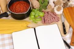 Libro de cocina con los ingredientes para los espaguetis boloñés Fotografía de archivo