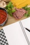 Libro de cocina con los ingredientes para los espaguetis boloñés Imagen de archivo libre de regalías