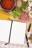 Libro de cocina con los ingredientes para los espaguetis boloñés Imágenes de archivo libres de regalías