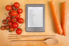 Libro de cocina electrónico en la cocina Imagen de archivo