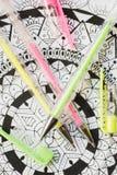Libro de colorear adulto, nueva tendencia del alivio de tensión Concepto de la terapia del arte, de la salud mental, de la creati Foto de archivo libre de regalías