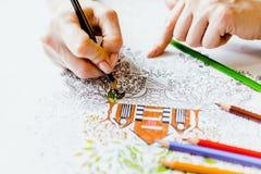 Libro de colorear antiesfuerzo en el proceso del dibujo Fotografía de archivo libre de regalías