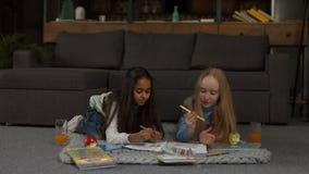Libro de colorear lindo de la pintura de las niñas con los marcadores almacen de video
