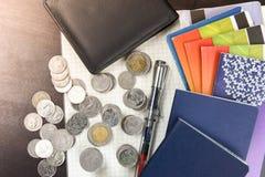Libro de cuentas tailandés de ahorro del dinero y del banco en la tabla de madera Foto de archivo