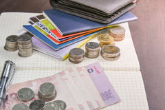 Libro de cuentas tailandés de ahorro del dinero y del banco en la tabla de madera Imágenes de archivo libres de regalías