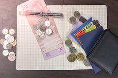 Libro de cuentas tailandés de ahorro del dinero y del banco en la tabla de madera Fotografía de archivo