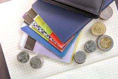 Libro de cuentas tailandés de ahorro del dinero y del banco en la tabla de madera Fotos de archivo libres de regalías