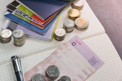 Libro de cuentas tailandés de ahorro del dinero y del banco en la tabla de madera, Fotos de archivo
