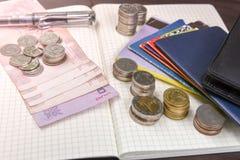 Libro de cuentas tailandés de ahorro del dinero y del banco en la tabla de madera, Foto de archivo