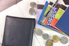 Libro de cuentas tailandés de ahorro del dinero y del banco en la tabla de madera Fotografía de archivo libre de regalías