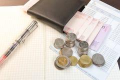 Libro de cuentas tailandés de ahorro del dinero y del banco en la tabla de madera Imagenes de archivo