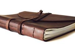 Libro de cuero cerrado viejo marrón histórico con textura Imagen de archivo libre de regalías