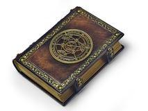 Libro de cuero con el círculo dorado de la transmutación en el centro de la portada, atribuido a un alquimista alemán a partir de fotos de archivo libres de regalías