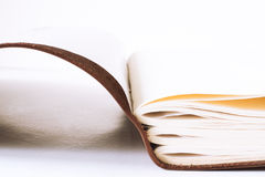 Libro de cuero marrón rústico abierto viejo Foto de archivo