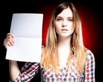 Chica joven orgullosa que sostiene el libro de ejercicio Imágenes de archivo libres de regalías