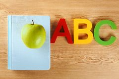 Libro de ejercicio con la manzana verde apetitosa Fotografía de archivo libre de regalías