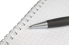 Libro de ejercicio en blanco con la pluma Foto de archivo