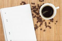 Libro de ejercicio vacío con café Imágenes de archivo libres de regalías
