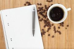 Libro de ejercicio vacío con café Fotos de archivo libres de regalías