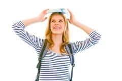 Libro de equilibrio adolescente alegre de la muchacha encima de la pista Imagenes de archivo