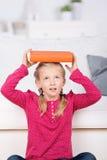 Libro de equilibrio lindo de la muchacha en la cabeza Imagen de archivo