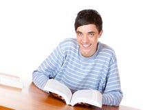 Libro de estudio hermoso feliz de la lectura del estudiante masculino Imagen de archivo libre de regalías