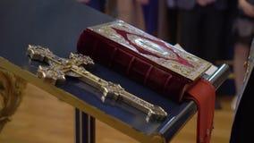 Libro de la biblia en iglesia almacen de metraje de vídeo