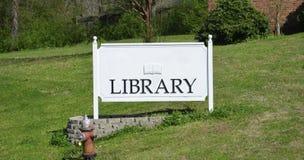 Libro de la biblioteca y centro del conocimiento Foto de archivo