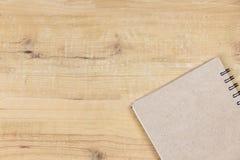 Libro de la cubierta en el escritorio de madera Fondo de la visión superior fotografía de archivo