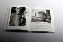 Libro de la fotografía por el arquitecto de Nick Yapp, de Frank Lloyd Wright American y el museo de Guggenheim en Nueva York Imágenes de archivo libres de regalías