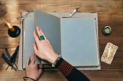 Libro de la magia con el espacio de la copia Lectura futura Cartas de tarot en concepto del adivino imagen de archivo