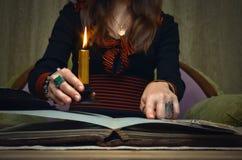 Libro de la magia Lectura futura Libro de la magia en concepto del adivino imagenes de archivo