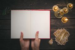 Libro de la magia y de las cartas de tarot fotografía de archivo