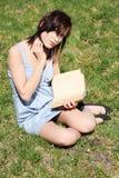 Libro de la mujer de la relajación joven y de lectura Fotos de archivo