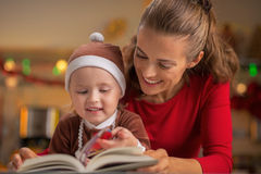 Libro de la Navidad de la lectura de la madre y del bebé Foto de archivo