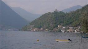 libro de la poesía en la ciudad de Lovere en el lago Iseo, Italia almacen de metraje de vídeo