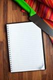 Libro de la receta y cuchillo de cocina en blanco Imagen de archivo