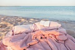 Libro de la relajación y de lectura cerca del mar Fotografía de archivo