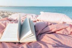 Libro de la relajación y de lectura cerca del mar Imagen de archivo