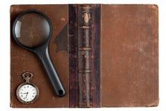 Libro de la vendimia con la lupa imagen de archivo