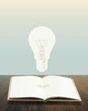 Libro de las bombillas conceptual Imagen de archivo