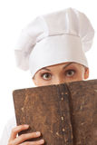 Libro de las recetas de la lectura del cocinero de la mujer Fotografía de archivo libre de regalías