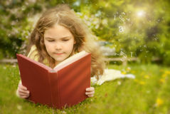 Libro de lectura Foto de archivo libre de regalías