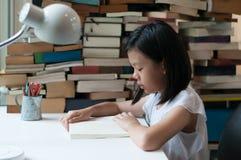 Libro de lectura adolescente asiático joven Foto de archivo