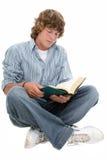 Libro de lectura adolescente atractivo del muchacho de dieciséis años imagenes de archivo