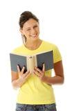 Libro de lectura adolescente de la mujer Fotos de archivo