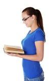 Libro de lectura adolescente de la mujer Imágenes de archivo libres de regalías