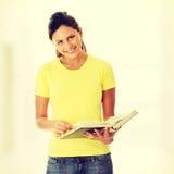 Libro de lectura adolescente de la mujer Foto de archivo libre de regalías